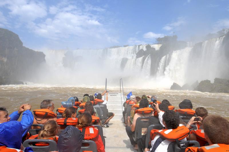Bateau sur le fleuves d'Iguazu s'approchant des chutes.