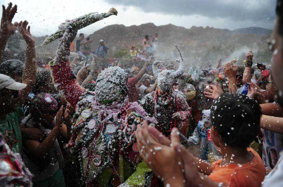 Les participant lancent de la farine