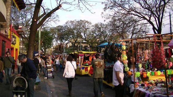 Une feria et ses stands colorés à Buenos Aires