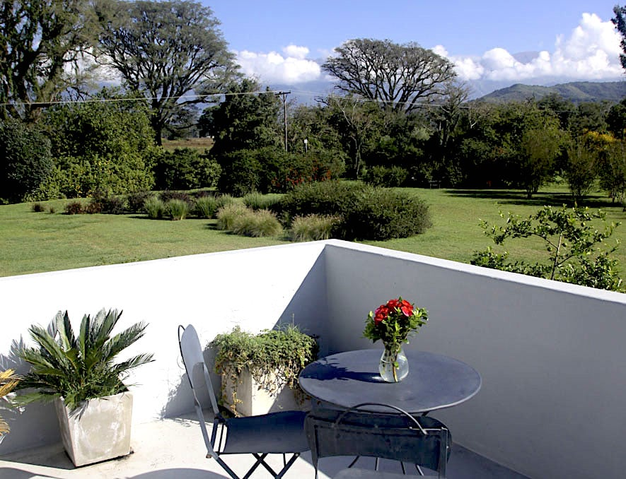 Vue à partir de la terrasse, avec sa table et ses chaises, parfait pour un moment de détente en toute intimité.