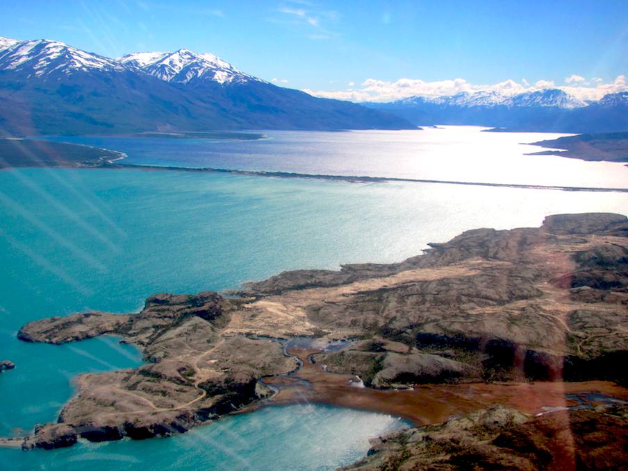 Aperçu du lac de Posadas, entouré de ses montagnes enneigées