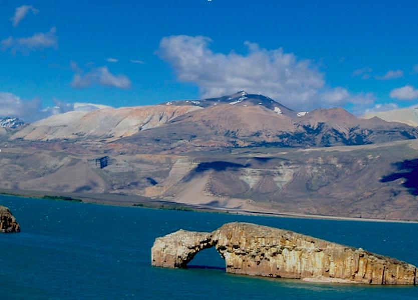 """Aperçu du lac de posadas avec """"el Arco"""" en forme de dinosaure."""
