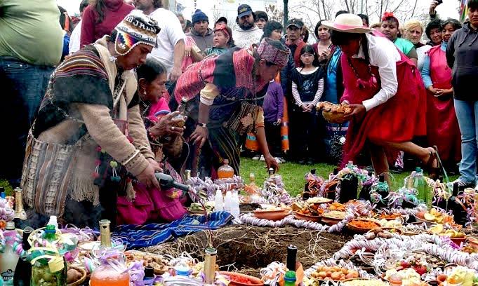 Aperçu du déroulé d'une cérémonie de la Pachamama. Les habitants font tour à tour des offrandes.
