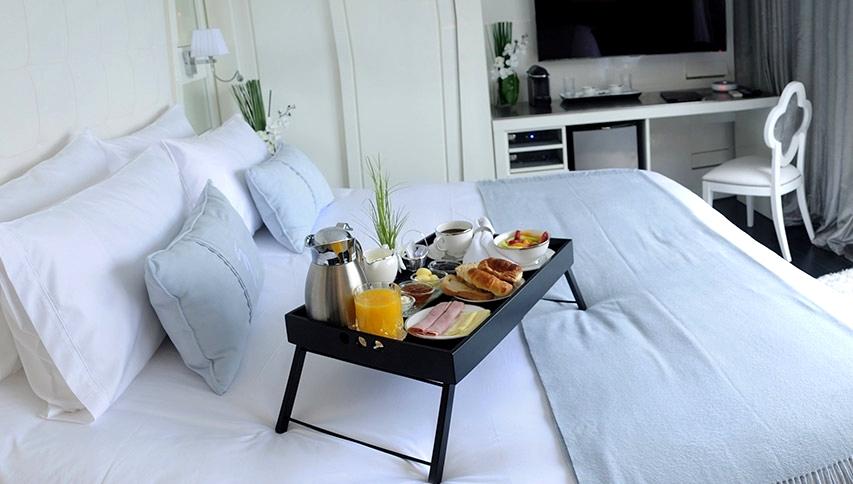 aperçu de la chambre avec son plateau petit déjeuner