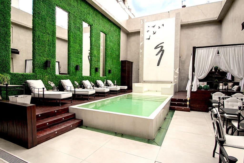 aperçu de la piscine et de son solarium, idéal pour un moment de détente
